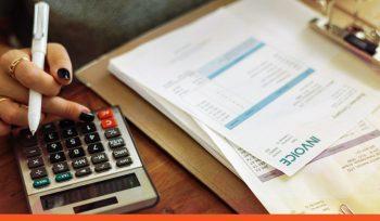 Auditor analisa dados financeiros